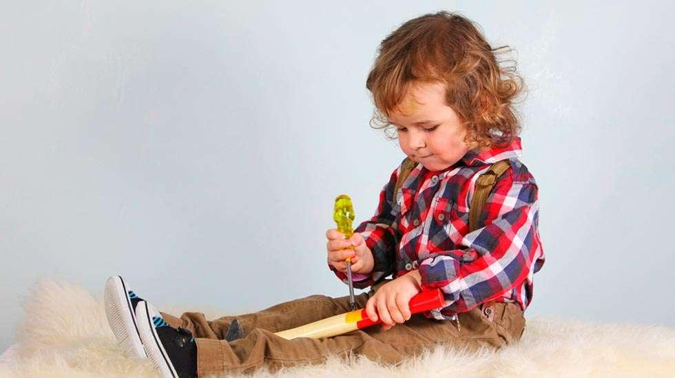 Taaperon näkökulmasta asia menee näin: Korjaisitko sinä taloa muovivasaralla? Oikea sen olla pitää! (Kuva: Shutterstock)