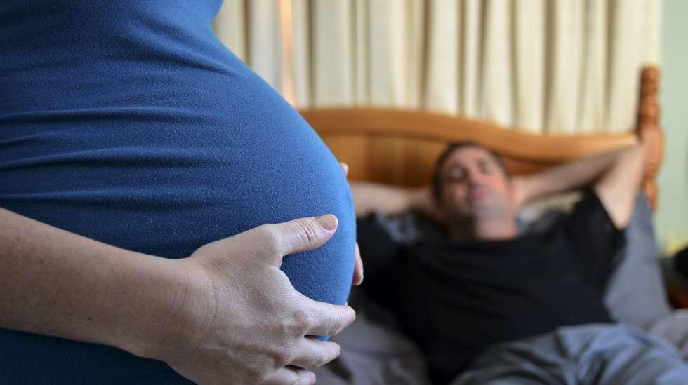 Mies voi pelätä vahingoittavansa vauvaa seksin aikana. (Kuva: Shutterstock)