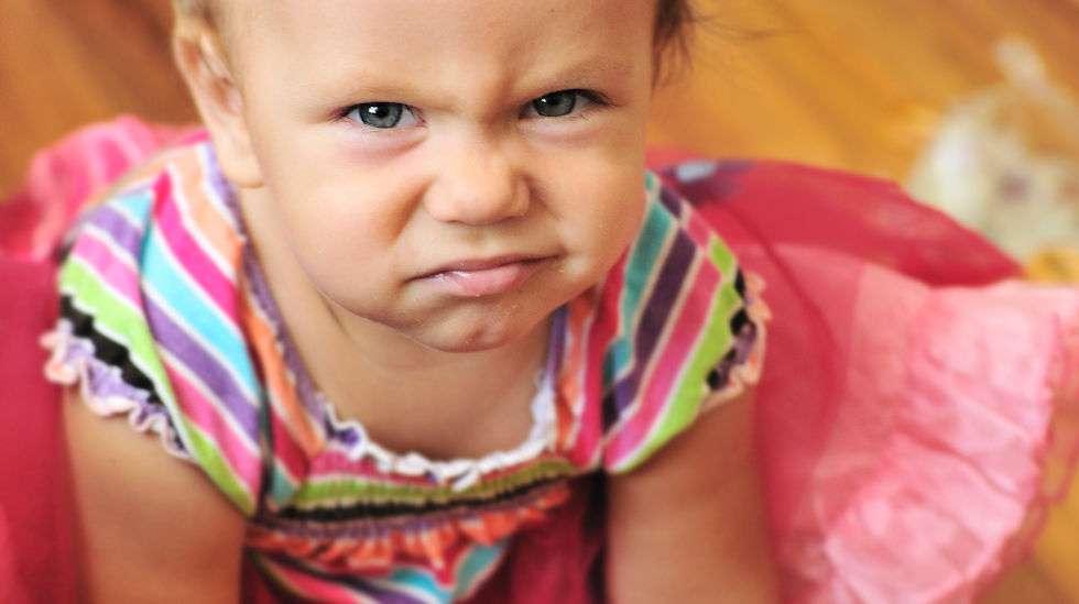 Taapero haluaa lähtee pakkaseen kesämekossa. (Kuva: Shuttenstock)