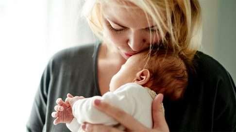Älä jätä poikaa ilman hellyyttä lapsen kasvaessa isommaksi. (Kuva: iStock)