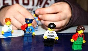 Leikkiminen Lego City -kalenterin ukkoleilla on hauskaa: poliisi kaataa kahvia hattuunsa.