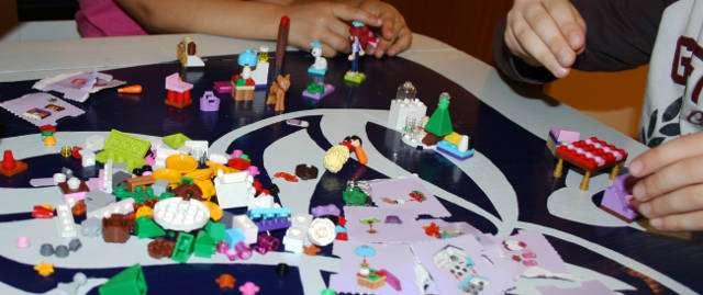 Lego Friends -kalenterin lelut ovat suunnattu tytöille, mutta myös pojat leikkivät niillä.