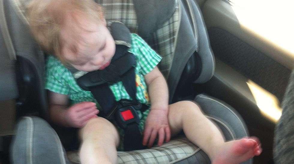 Istuin on asennettu väärin. Cameron istuu kasvot menosuuntaan ja turvavyö on kierteellä. Kuva: Holly Wagner.