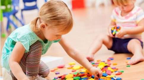 Varhaiset ystävyyssuhteet tarjoavat lapselle vahvoja positiivisia tunne-elämyksiä. Kuva: iStock