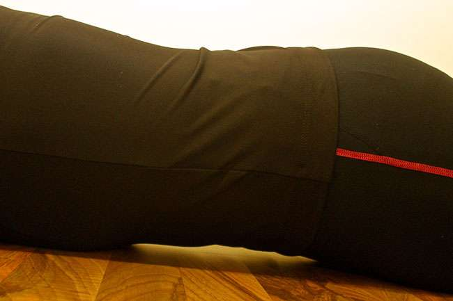 Aktivointi vatsalla maatessa: Aloita aktivointi lantionpohjanlihaksista ja vedä napa sisään napakasti. Selässä ja pakaroissa ei saa tapahtua liikettä. Kuvittele että vatsan ja lattian väliin syntyy tunneli. Pidä aktivointia 20 sek.