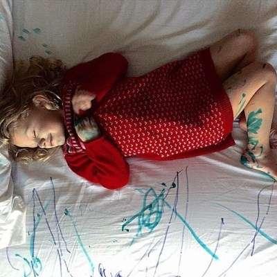 Taiteilija lepää tyytyväisenä raskaan luomistyön jälkeen. Kuva: @lookieloosuz