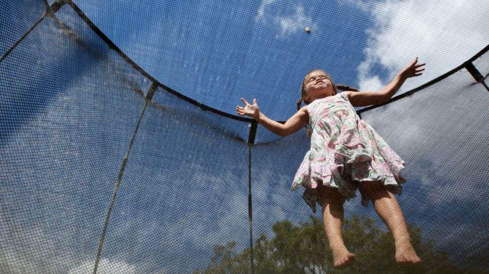 Näin trampoliinilla hypitään turvallisesti: yksi kerrallaan ja suoja-aidat asennettuina.