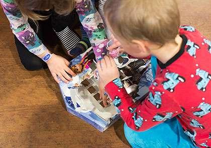 Frozen-kalenterin avaaminen tuottaa suurimmat ongelmat. Suklaa palat ovat jumissa, eikä kalenterin takaa pysty painamaan paksun koon vuoksi.