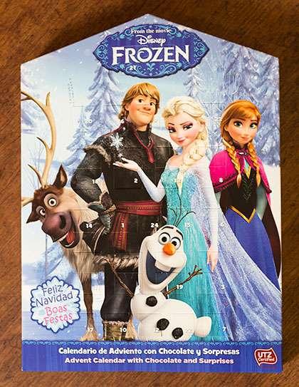 Frozen-kalenteri sisältää suklaan lisäksi myös leluja.
