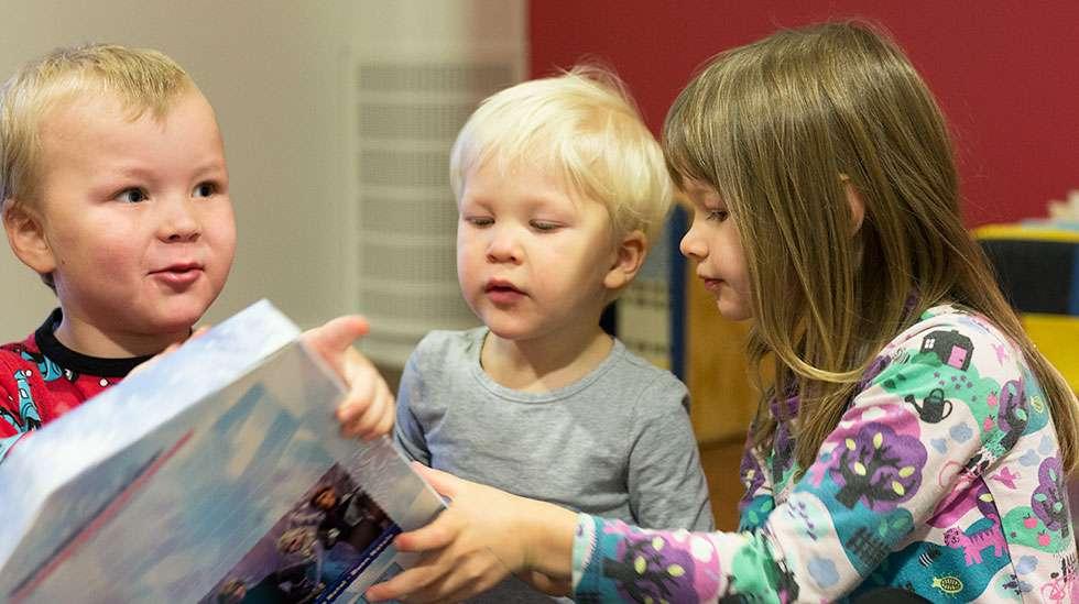 Frozen-kalenterin avaaminen tuotti vaikeuksia. Kuvat: Petra Lehto.