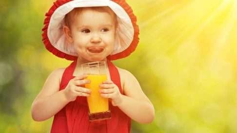 Tuoremehua pidetään lapsille terveellisenä. Yksi lasillinen tuoremehua riittää kuitenkin nostamaan pienen lapsen päivittäisen sokerin saannin suositusten ylärajoille. (Kuva: Shutterstock)