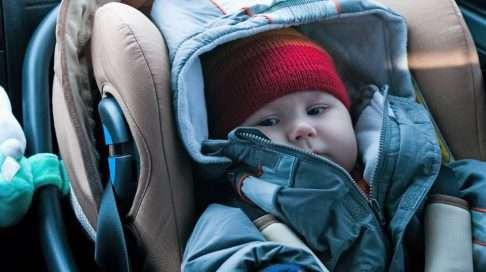 Vauva ei välttämättä pysy turvaistuimessa kolarin sattuessa, jos lapsella on paksut toppavaatteet vöiden alla. (Kuva: Shutterstock)