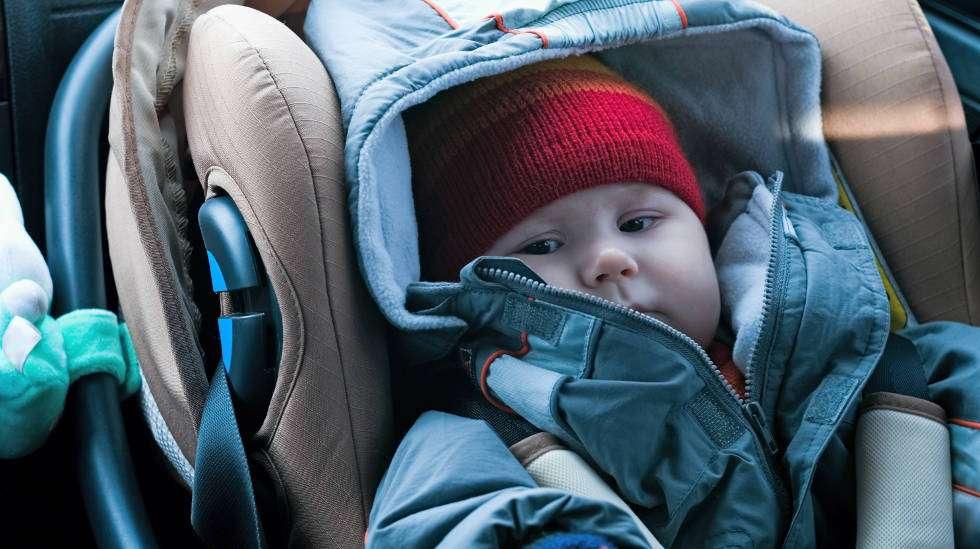 Vauva ei pysy turvaistuimessa kolarin sattuessa, jos lapsella on paksut toppavaatteet vöiden alla. (Kuva: Shutterstock)
