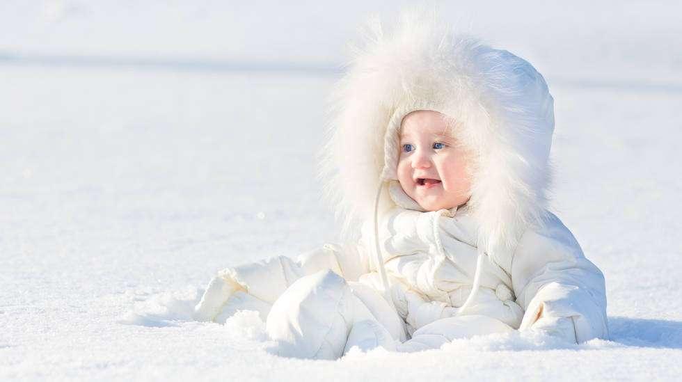 Pitääkö pikkuvauvaa pitää kotona vällyjen välissä talvella vai voiko vauva ulkoilla pakkasessa? (Kuva: Shutterstock)