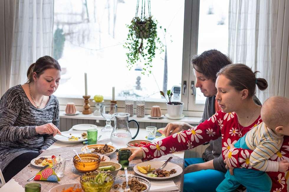 Kun lapset olivat syöneet, myös vanhempainraati pääsi testaamaan tuotetta. Kuvassa Soile (vasemmalla), Juho ja Salla.