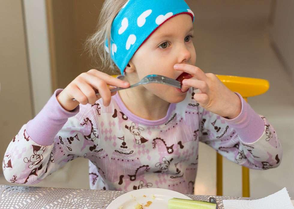 Salme osaa olla nirso. Vanhempien yllätykseksi tyttö kuitenkin suostui maistamaan nyhtökauraa ja kehui tuotetta hyvänmakuiseksi.
