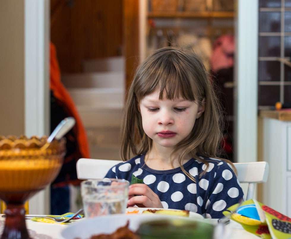 Hilma ei tykännyt nyhtökaurasta. Enni-äiti kertoo, että Hilma syö vaihtelevasti erilaisia ruokia. Tällä hetkellä Hilma söisi pelkkiä kasviksia lattialta ruokakupista. Hilma haluaa olla kasviskettu. Enni on asiasta eri mieltä.