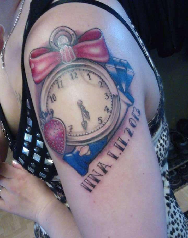Meiju piirsi itse kellotatuoinnin. Tatuoinnin teki Jesse Sampo.
