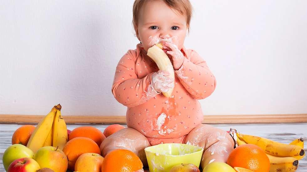 Lapsen kannattaa tutustua monipuolisesti ruoka-aineisiin ennen yhden vuoden ikää. (Kuva: Shutterstock)
