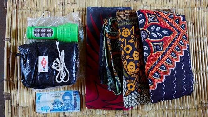 Malawilaisen Ellen Phirin sairaalalaukusta löytyy seuraavat tuotteet. Kuva: Water Aid, Jenny Lewis