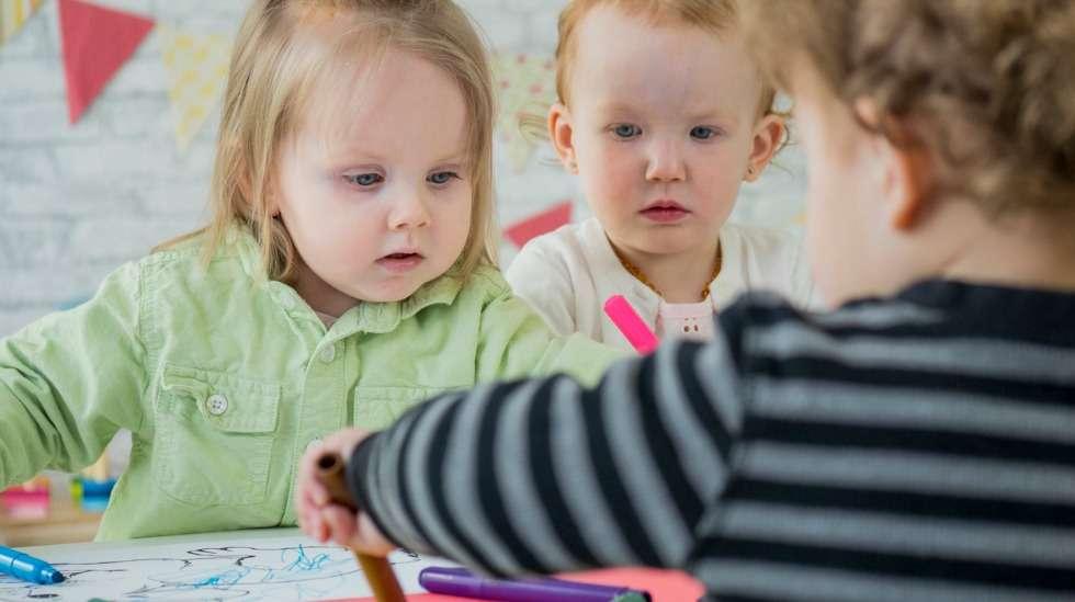 Päivähoitoarjen aloittaminen on uusi virstanpylväs sekä lapselle että hänen perheelleen. Tee kokemuksesta mieluummin iloinen saavutus kuin harmillinen haaste. Kuva: iStock