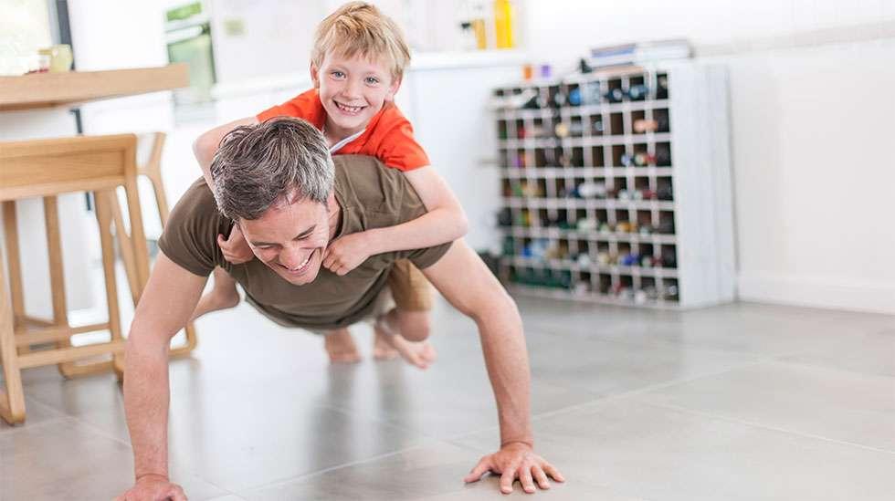 Lasten viihdyttäminen on väsyttävää hommaa. (Kuva: Shutterstock)
