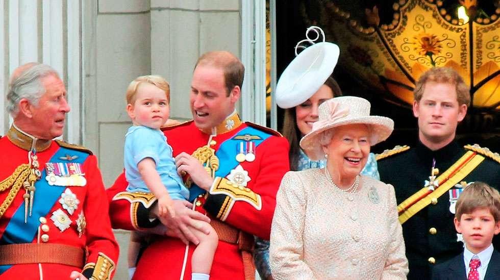 George oli Englannin 4. suosituin pojalle annettu nimi. Kuvassa maan epäilemättä kuuluisin ja suloisin George Buckinghamin palatsin parvekkeella kesäkuussa 2015.