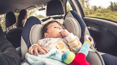Suurin osa suomalaisvanhemmista kuljettaa vauvaa selkä menosuuntaan. (Kuva: iStock)