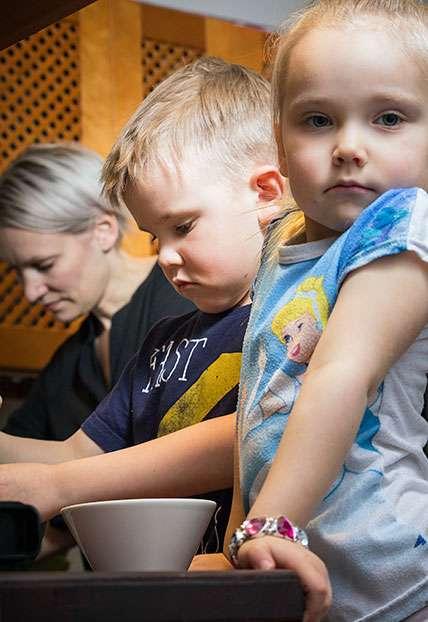 Henna (vasemmalta), Uuno ja Elli valmistavat yhdessä maistuvaa heinäsirkka-ateriaa. Kuva: Petra Lehto