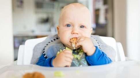 Pystyasennossa syöminen on sormiruokailun perustekijä. Lue jutusta vinkit ja reseptit ruokiin! Kuva: iStock