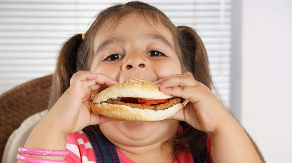 Paljon energiaa sisältävä ruoka voi suistaa lapsen painon kehityksen raiteiltaan. Sitä ennen lapsen mikrobisto häiriytyy.