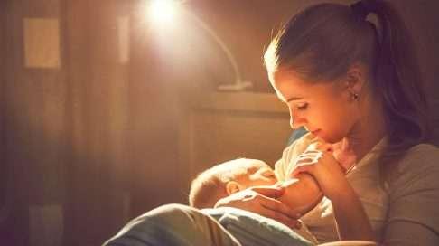 Vauvalle kannattaa tarjota rintaa ennen kuin hän ehtii tulla hurjan nälkäiseksi, sillä kovin nälkäinen vauva on valmiiksi kärsimätön ja hermostuu herkästi.