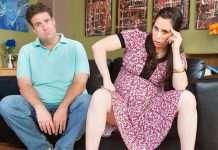 Raskaana oleva nainen on tuohtunut miehelleen