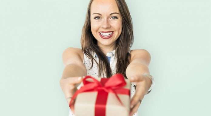 Nainen antaa joululahjan