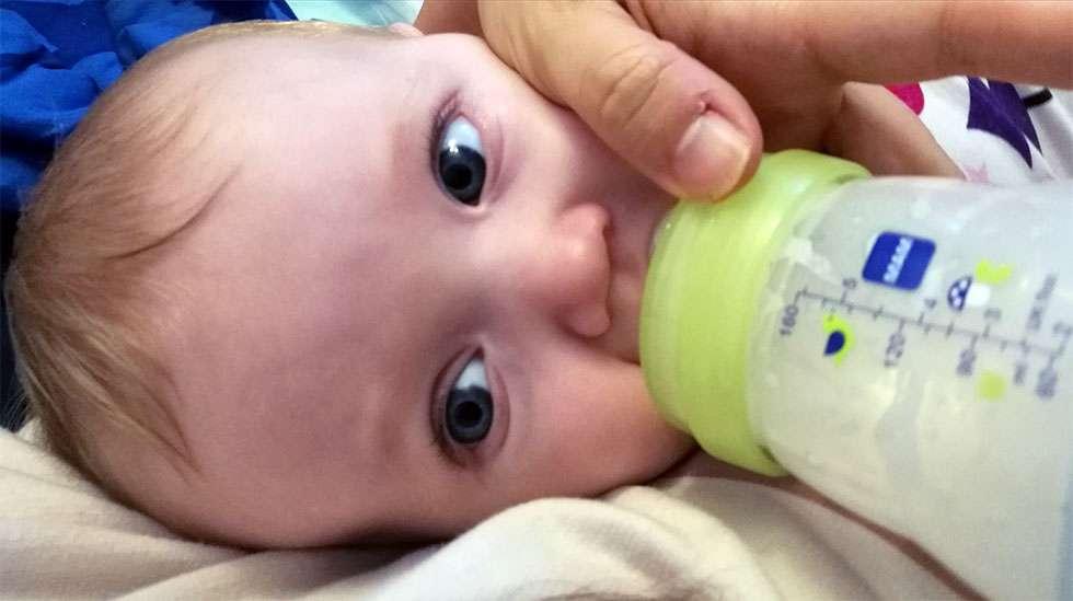Kun lapsen syöttää sylissä, on pulloruokintakin herkkä yhteinen hetki.