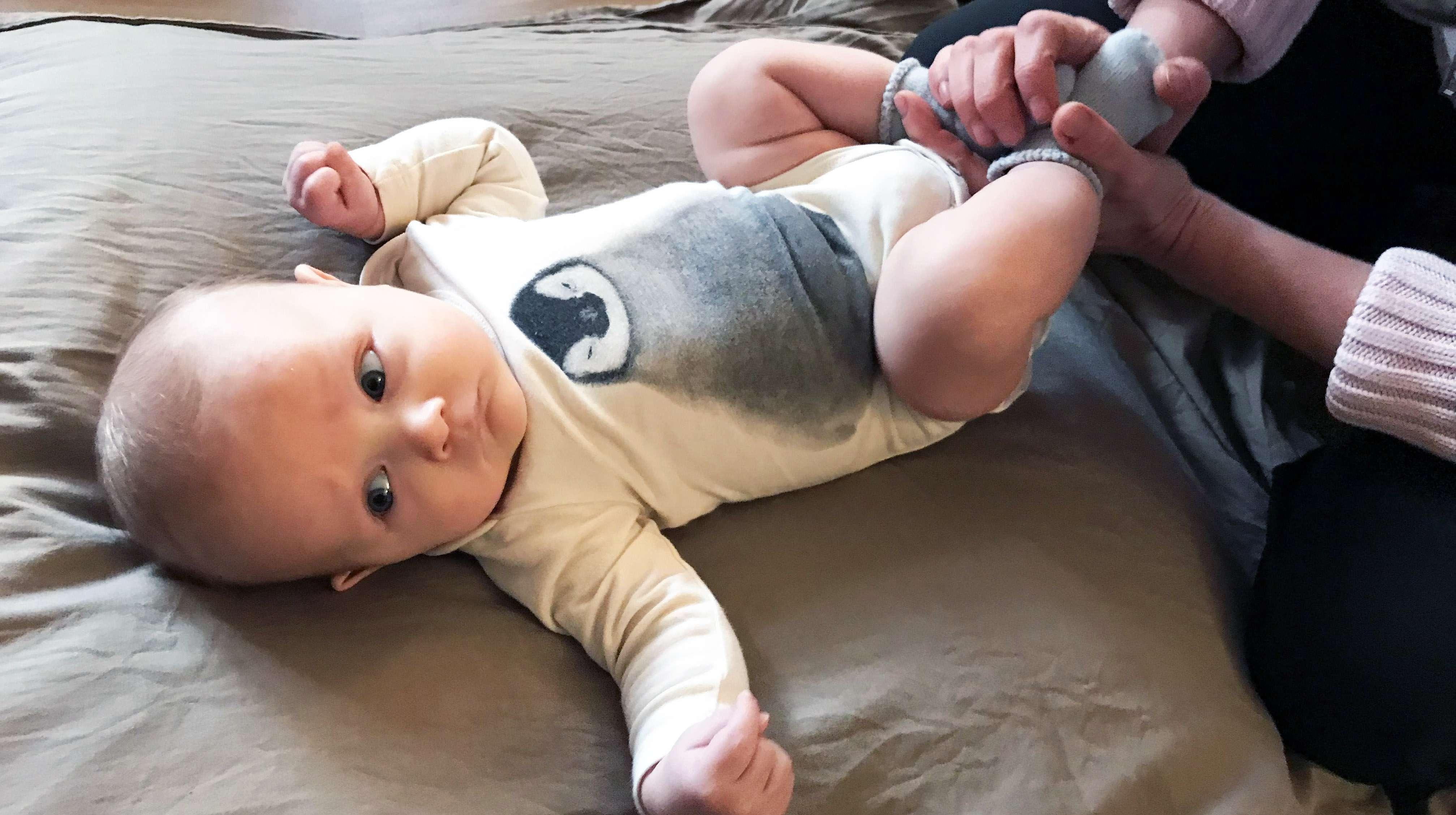 Elias, 3kk, nauttii vauvahieronnasta.