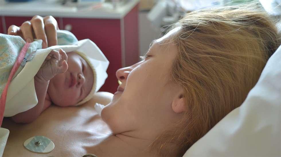 rinnalle ryömiminen, vastasyntyneen imetys