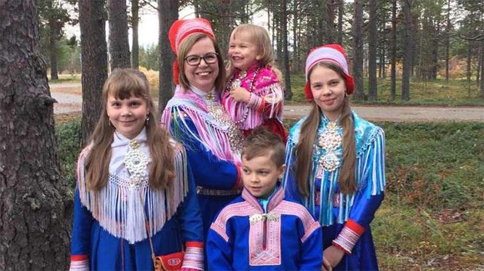 Inarin kirkonkylältä, jossa pohjoissaamelainen Anne perheineen asuu, on kolmen ja puolensadan kilometrin matka Rovaniemen keskussairaalaan synnyttämään. Sitä ajaa neljä tuntia, huonossa säässä pitempäänkin. Anne Näkkäläjärvi on tehnyt sen matkan neljästi. Kuvassa lapset Sáranne 10 v., Anne itse, sylissä Ann-Elle 4 v., Nils-Ailu 8 v. ja Britt-Inga 12 v.