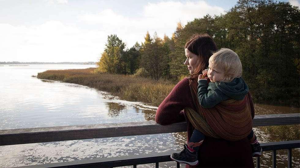 Tässä kuvassa tiivistyy se, miten monipuolisesti eri asioita olen saanut liinayhteisöltämme. Kuvan on ottanut yhteisöön kuuluva taitava valokuvaaja ja siinä näkyvän liinan minulle lainasi henkilö, jota en ollut koskaan aiemmin edes tavannut – hyvää hyvyyttään. Kuva otettiin Helsingissä, jossa saimme majoittua yhteisöön kuuluvan äidin luona.   Kuva: Maria Hildén Photography