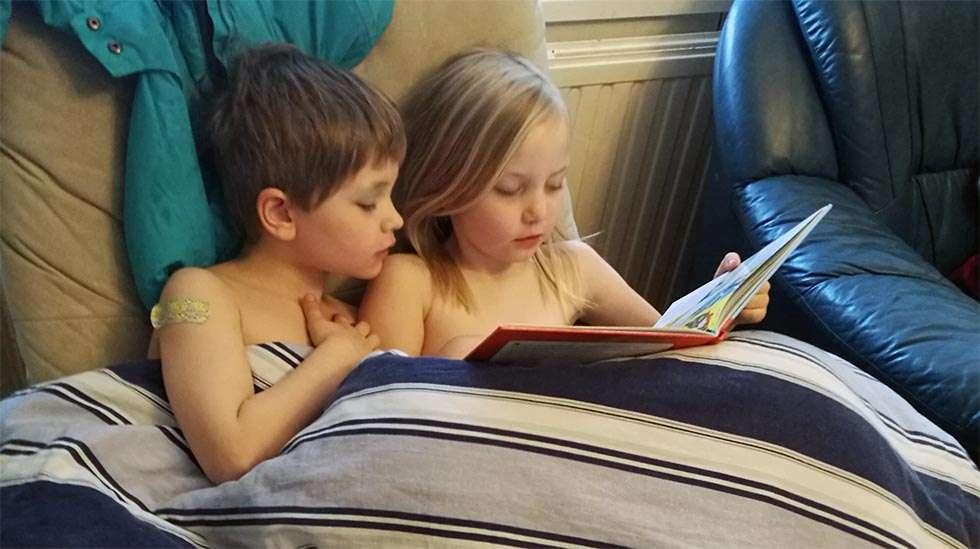 Näitä sisarusten yhteisiä lukuhetkiä on liikuttava seurata. Tokaluokkalainen lukee kuusivuotiaalle, joka ei vielä itse  osaa.