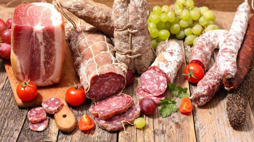 Raaka liha on yksi odottajan ehdottomasti vältettävistä ruoka-aineista: meetvursti, parmakinkku, raakamakkarat, ja tietysti raaka liha kaikissa muodoissaan. Kuva: iStock