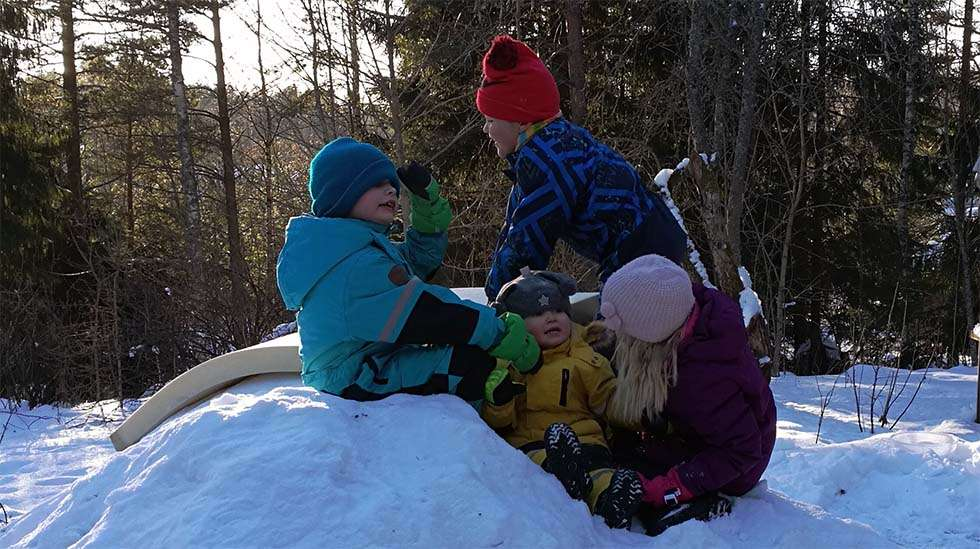 Meillä vallitsee kotoisa meteli, kun kaikki lapset ovat paikalla. Tänä talvipäivänä oli vielä serkkupoika varmistamassa, että desibelitaso pysyy varmasti korkealla.