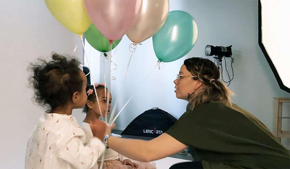 Anna Liukas ohjeistaa Lilyn, 5, ja Maxin, 2, oikeille paikoilleen kuvattaviksi. Outo tilanne jännittää lapsia, mutta onneksi vanhemmat ovat aivan vieressä.
