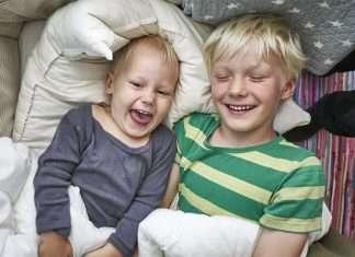 kaksi erilaista lasta