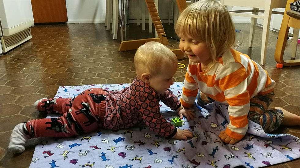 Toisinaan taapero leikkii vauvan kanssa rauhallisesti – toisinaan taas ei.
