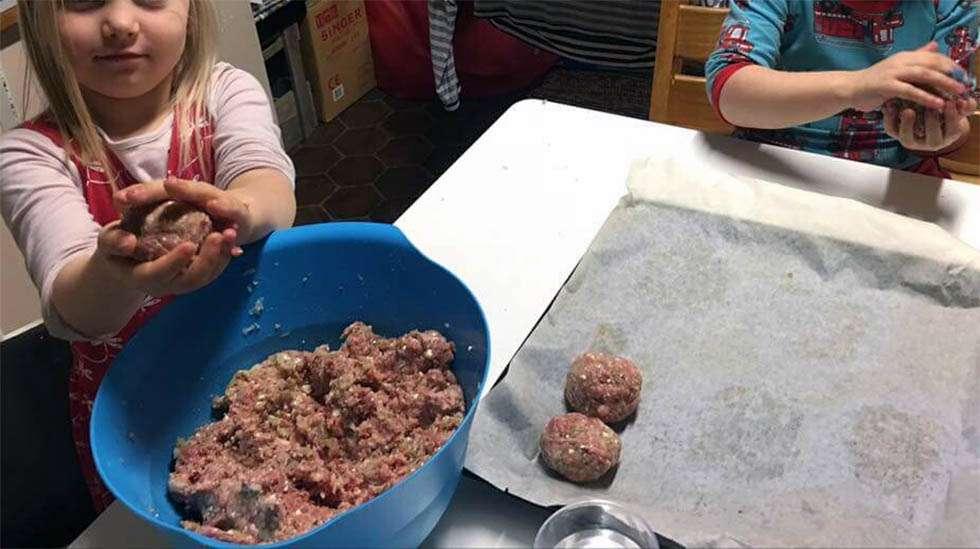 Lihapullat ovat yksi meille tuttu arkiruoka. Lapset ovat mielellään mukana pullien pyörittelyssä.