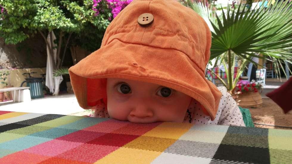 Nam, makoisa pöytäliina! Leveälierinen hamppuhattu on mitä parhain aurinkosuoja pikkuihmiselle - kun se vain pysyisi hänen päässään.