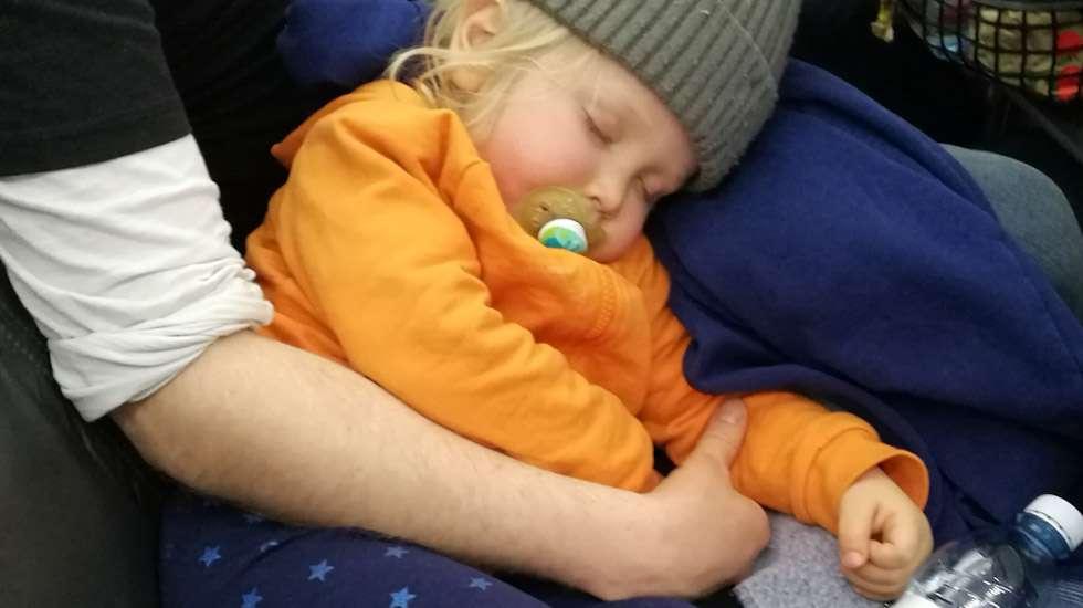Lentokoneessa matkalla Kreetalle taapero nukkui vielä kainalossa.