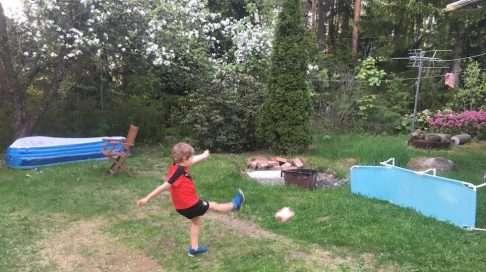 Jalkapallon pelaaminen on kuusivuotiaan ikisuosikki. Maalina voi toimia esimerkiksi aurinkotuoli.