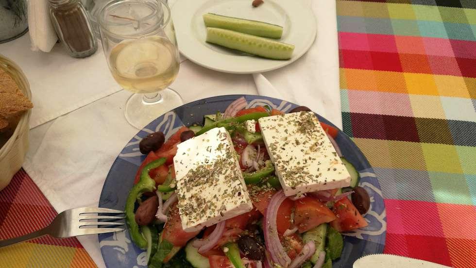 Kreikan-matkalla salaatin kyytipoikana maistui paikallinen retsina. Lapset joivat vieressä omia juomiaan. Kukaan ei traumatisoitunut.